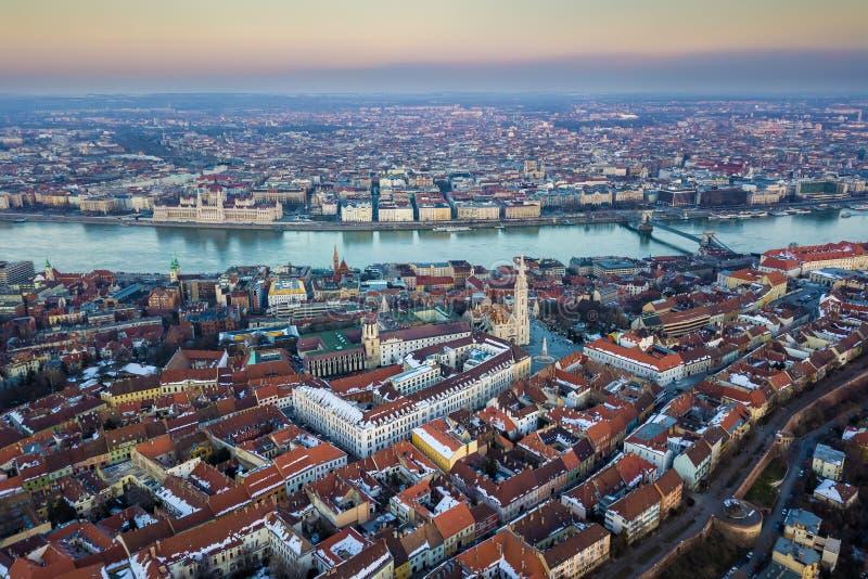 Budapest, Hongrie - vue aérienne d'horizon de secteur de château avec Matthias Church célèbre images libres de droits