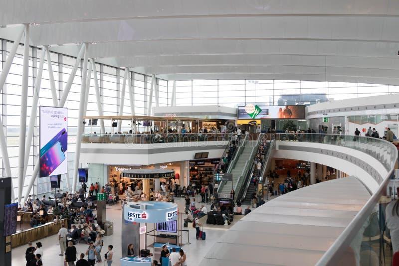 Budapest/Hungary-09 09 18: Boutique för folk för den Budapest flygplatshandelsresanden shoppar inom Ferenc Liszt royaltyfria bilder