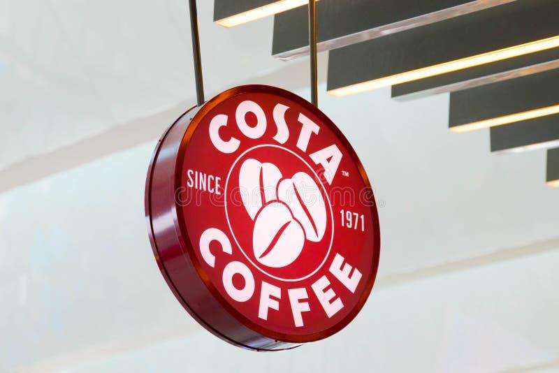 Budapest/Hungary-09 09 18: Erogatore del deposito della caffetteria della Costa di caffè immagini stock libere da diritti