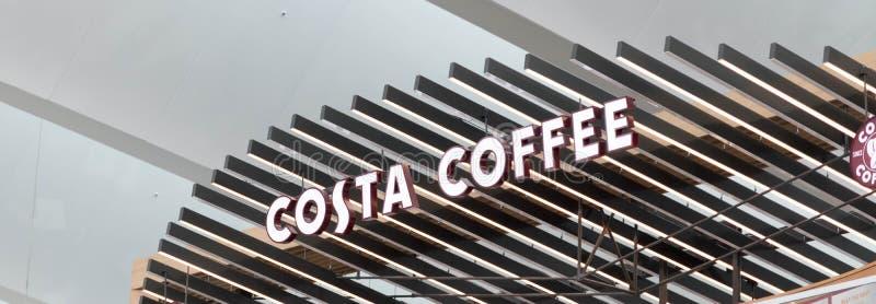 Budapest/Hungary-09 09 18: Erogatore del deposito della caffetteria della Costa di caffè fotografia stock libera da diritti
