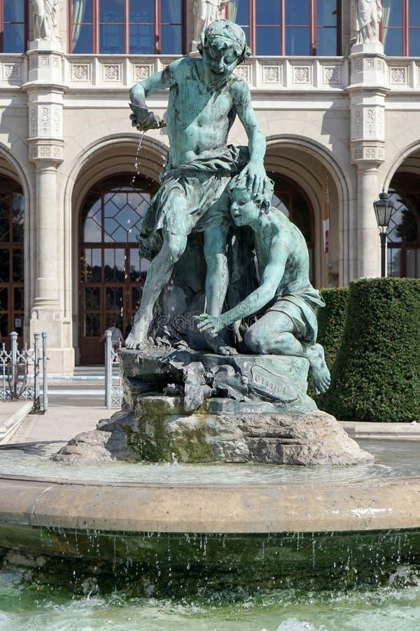 BUDAPEST, HUNGARY/EUROPE - 21 DE SEPTIEMBRE: Estatua delante del foto de archivo