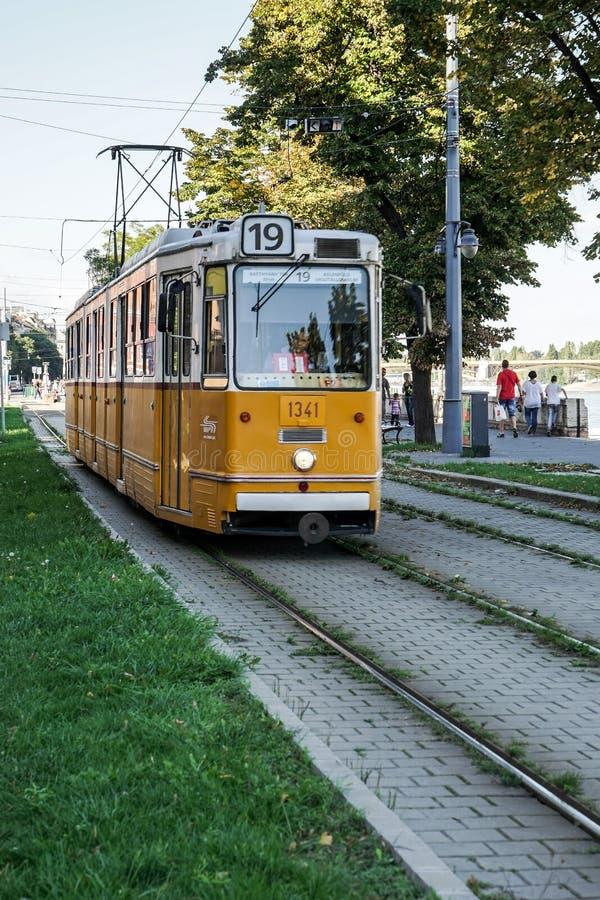 BUDAPEST, HUNGARY/EUROPE - 21 DE SEPTIEMBRE: Tranvía en Budapest Hunga imagenes de archivo