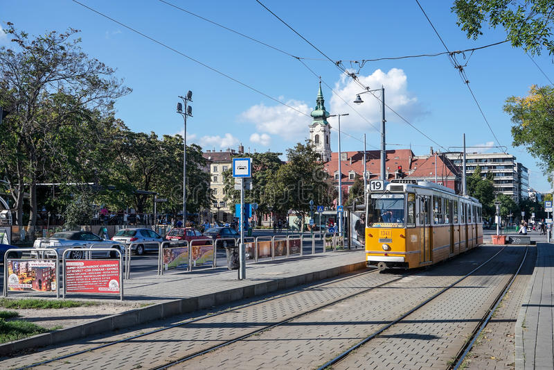 BUDAPEST, HUNGARY/EUROPE - 21 DE SEPTIEMBRE: Tranvía en Budapest Hunga imagen de archivo libre de regalías