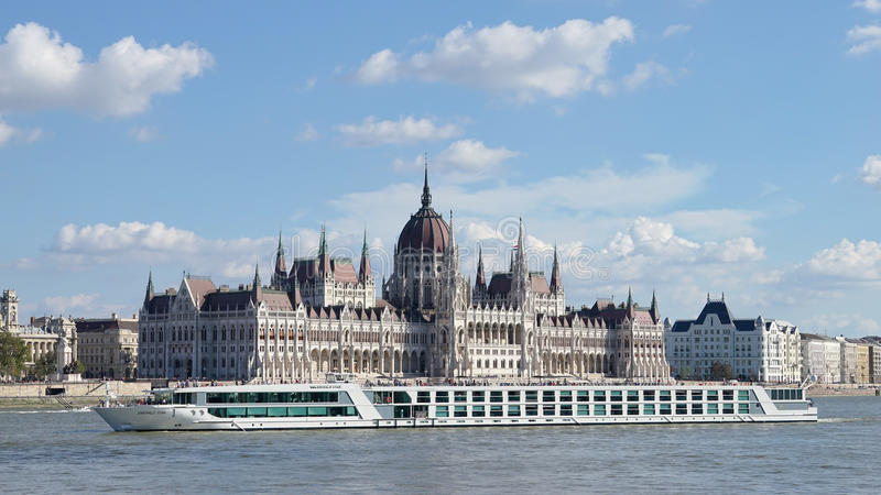 BUDAPEST, HUNGARY/EUROPE - 21 DE SEPTIEMBRE: Travesía del río a lo largo del foto de archivo libre de regalías