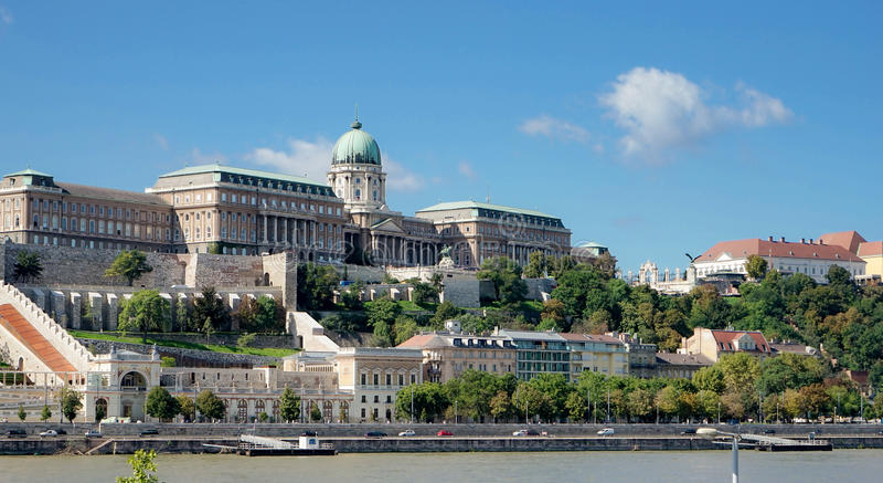 BUDAPEST, HUNGARY/EUROPE - 21 DE SEPTIEMBRE: Visión hacia el Castl fotografía de archivo