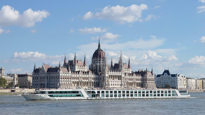 BUDAPEST, HUNGARY/EUROPE - 21 SETTEMBRE: Crociera del fiume lungo fotografia stock libera da diritti