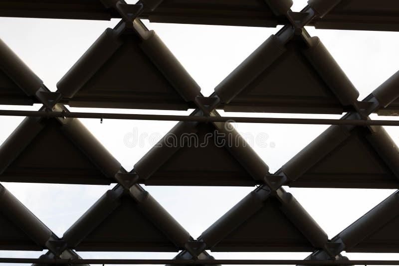 Budapest/Hungary-09 09 18: Geometrische Stahlarchitektur der Balna-Einkaufszentrumdreieck-Glasspalte lizenzfreie stockbilder