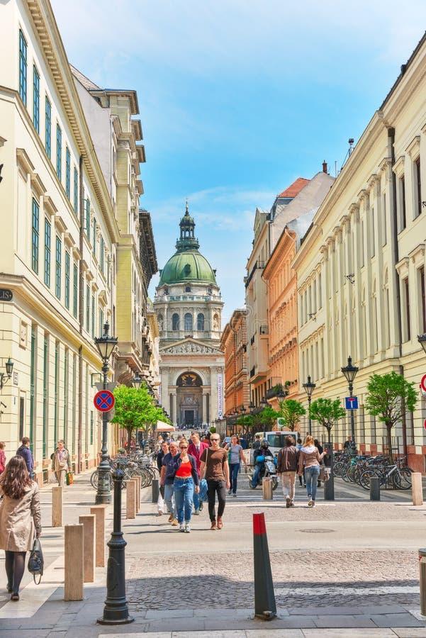 BUDAPEST, HUNGARY-MAY 04,2016: Vista della via principale a Budapest, immagine stock libera da diritti