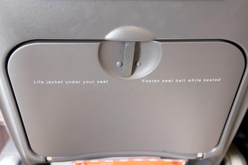 Budapest/hungary-29 08 18 : Nourriture de sécurité d'easyjet de bureau de table de plateau d'avion photos stock