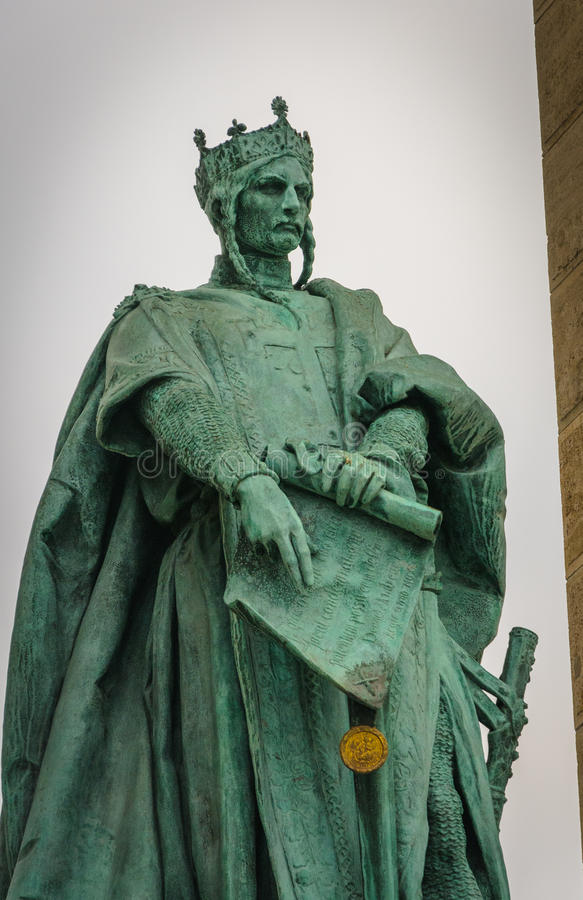 BUDAPEST HUNGARY-NOVEMBER: Staty av den Andras II konungen Andrew II av Ungern på hjältefyrkanten royaltyfri bild