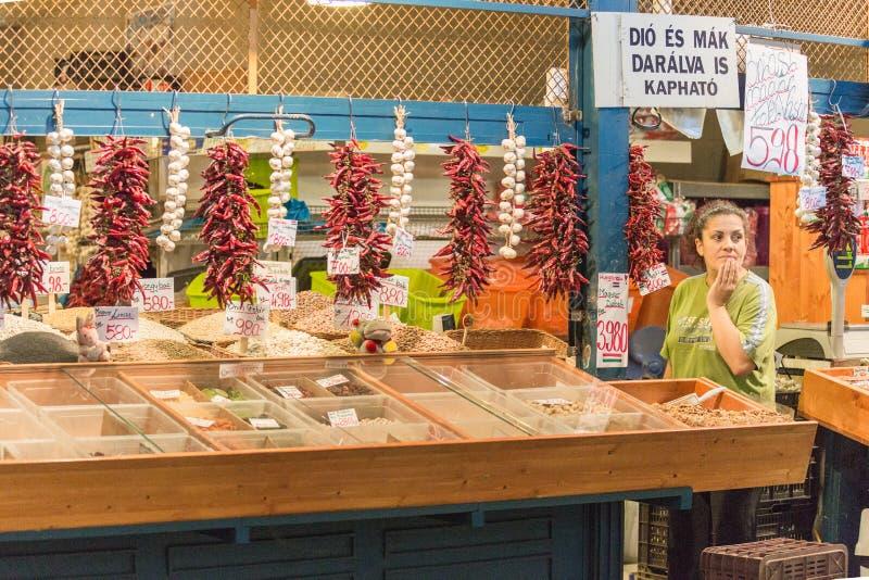 BUDAPEST, HUNGRÍA - 27 DE ABRIL DE 2014: Mercado de la comida en Budapest, Hungría (gran mercado Pasillo) Mercado del recién hech fotografía de archivo