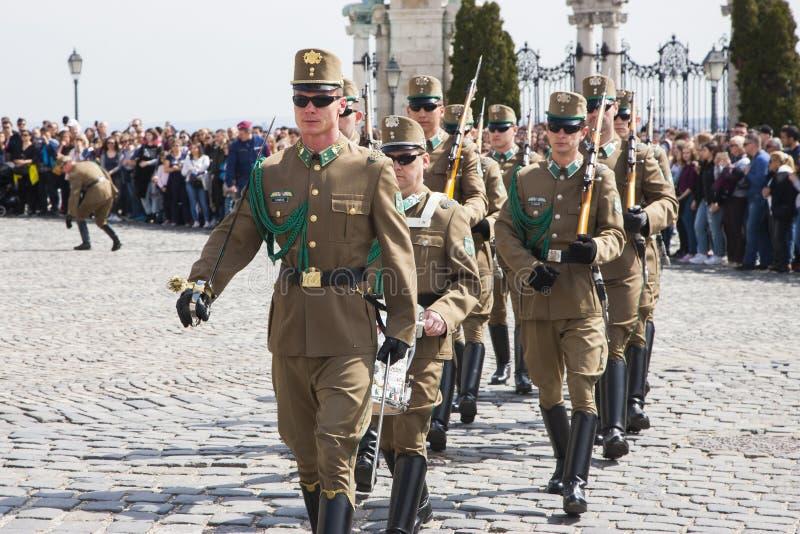 Budapest, Hungría - 5 de abril de 2018: Miembros del guardia de honor húngaro foto de archivo libre de regalías
