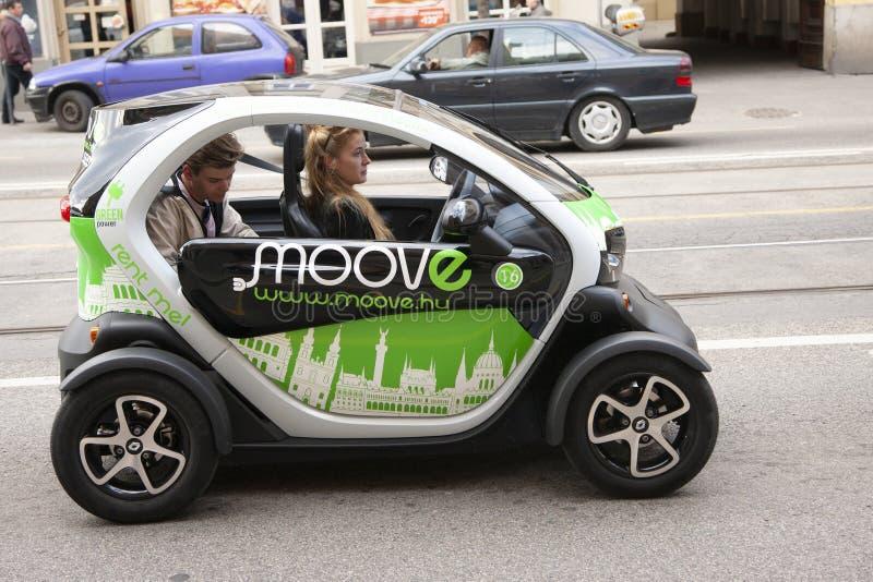 Budapest, Hungría - 6 de abril de 2018: negocio automovilístico, venta del coche y concepto de la gente imágenes de archivo libres de regalías