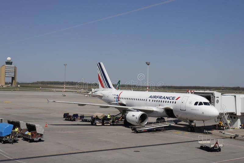 Budapest, Hungr?a - 20 de abril de 2019: Un Airbus A319 del muelle de Air France en el aeropuerto de Budapest Equipaje cargado de fotos de archivo