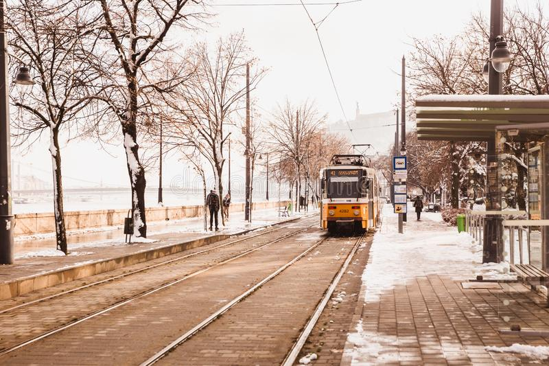 BUDAPEST, HUNGRÍA - 16 DE DICIEMBRE DE 2018: Terraplén de Danubio con la tranvía amarilla del lado de Buda en invierno en Budapes fotos de archivo