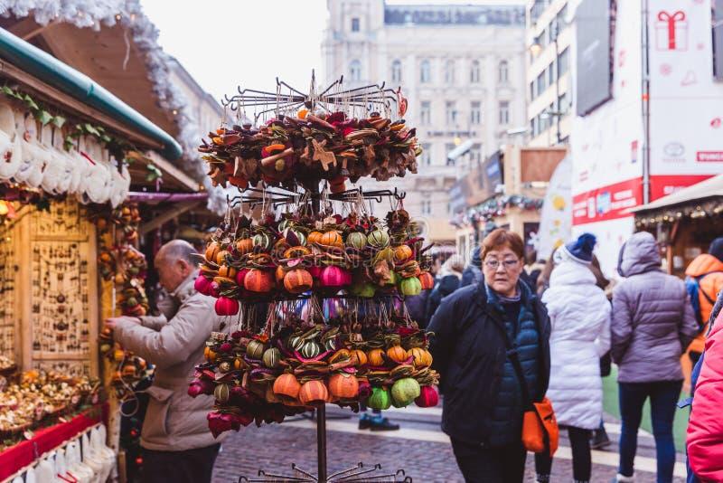 BUDAPEST, HUNGRÍA - 19 DE DICIEMBRE DE 2018: Turistas y gente local que disfrutan del mercado hermoso de la Navidad en St Stephen imagen de archivo libre de regalías