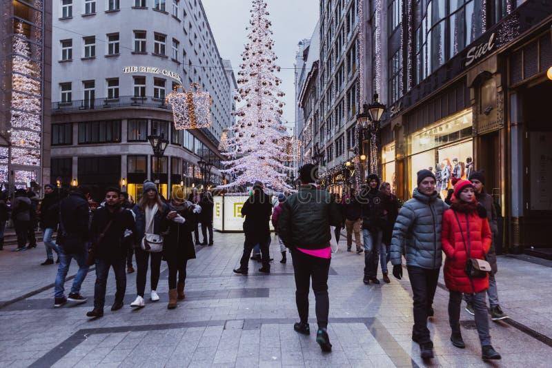 BUDAPEST, HUNGRÍA - 1 de enero de 2018: La 'calle de la moda' con las decoraciones de la Navidad en Budapest, Hungría imagenes de archivo