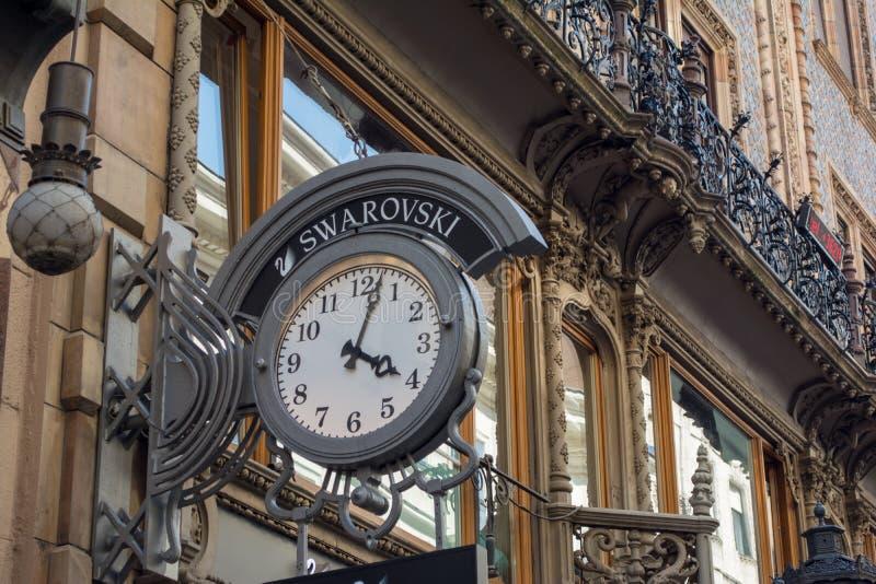 BUDAPEST, HUNGRÍA - 5 DE JULIO DE 2018: Tienda de la moda de SWAROVSKI Swarovski es un productor austríaco del cristal establecid imagenes de archivo