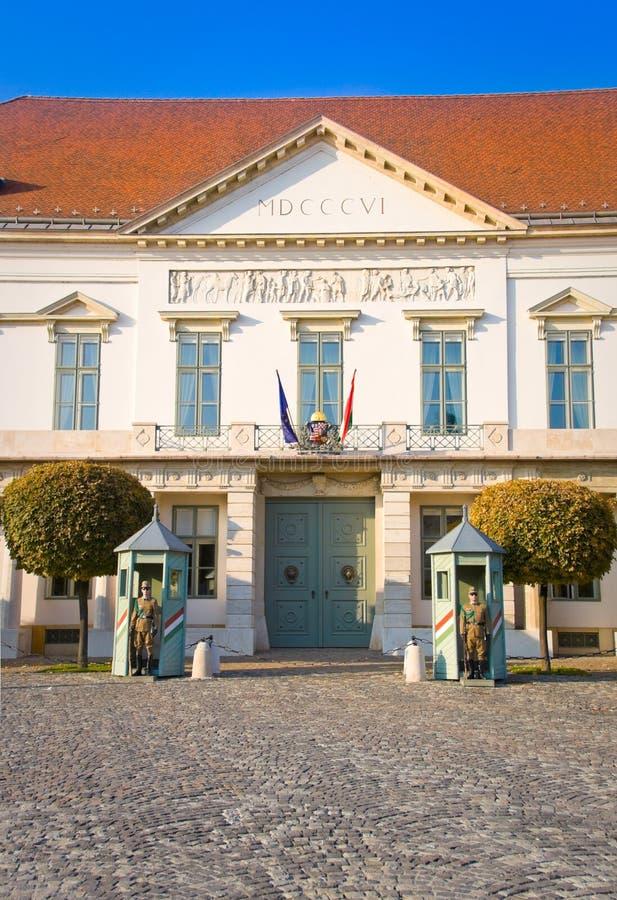 BUDAPEST, HUNGRÍA - 5 DE NOVIEMBRE DE 2015: Guardia ceremonial en el palacio presidencial Guardan la entrada de los presidentes o fotos de archivo libres de regalías