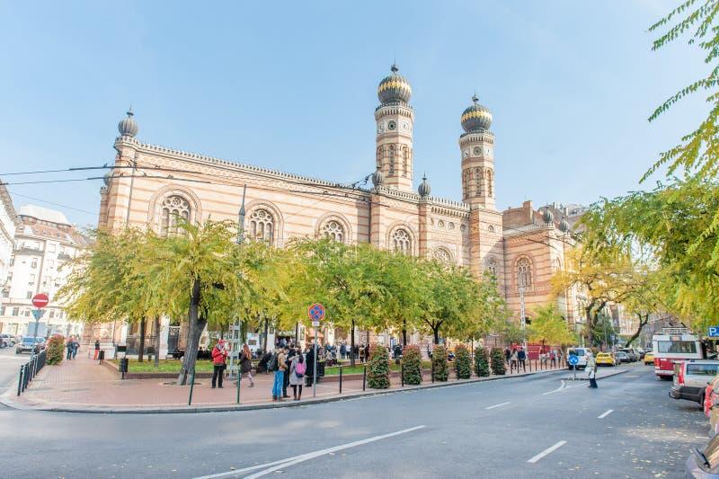 BUDAPEST, HUNGRÍA - 26 DE OCTUBRE DE 2015: La gente está esperando al lado de la sinagoga judía principal en el lugar de visita t imagenes de archivo