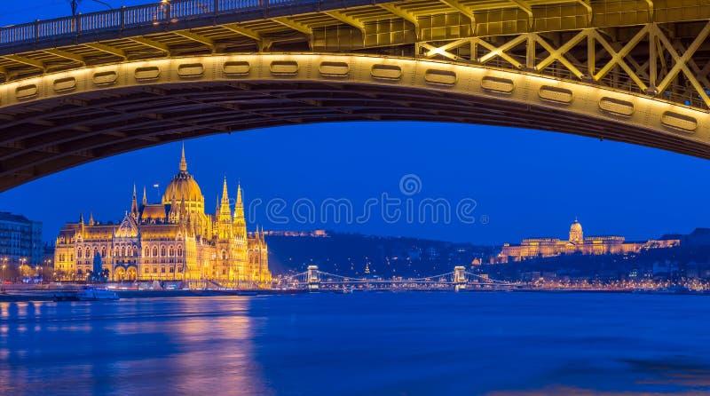 Budapest, Hungría - el parlamento iluminado hermoso de Hungría en la hora azul imagen de archivo