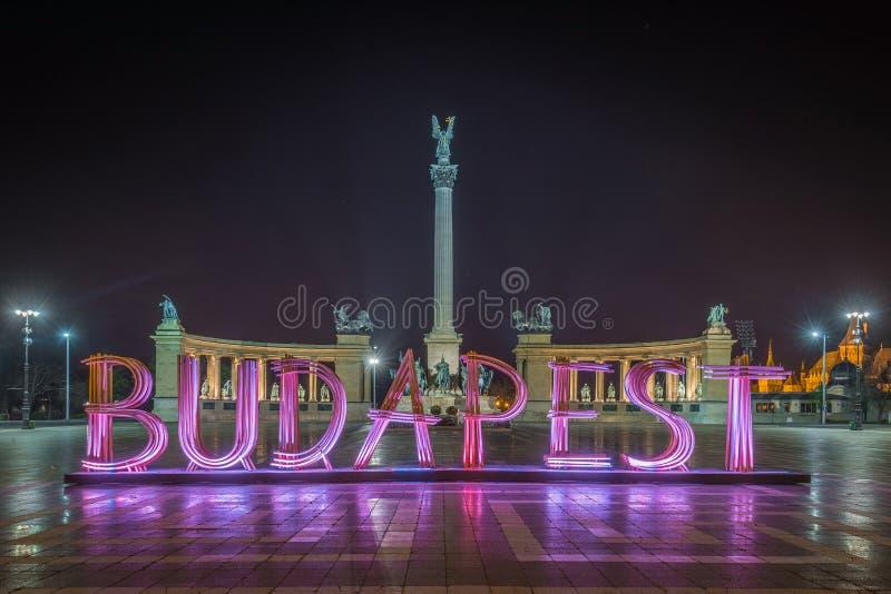 Budapest, Hungría - el tere hermoso del cuadrado, de Hosok del ` s del héroe u o monumento del milenio por noche foto de archivo libre de regalías