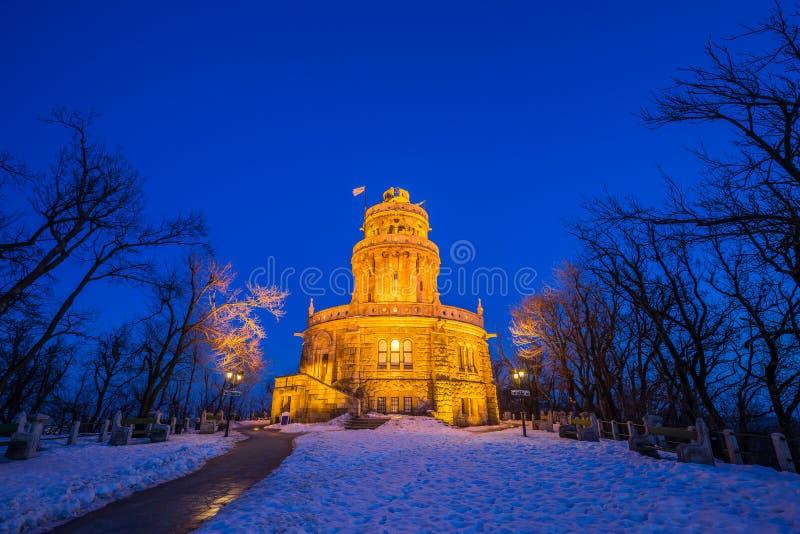 Budapest, Hungría - Elizabeth Lookout Erzsebet Kilato en el top de Janos Hill en la hora azul foto de archivo