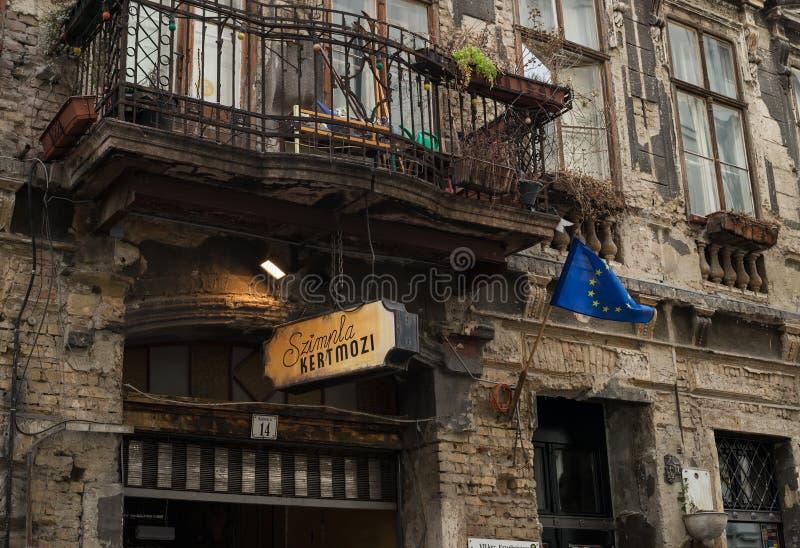 BUDAPEST, HUNGRÍA - 31, ENERO Fachada del pub famoso de la ruina de Szimpla Kert en Budapest, cuarto judío Invierno, 2015 fotos de archivo