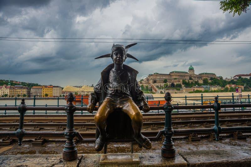 BUDAPEST, HUNGRÍA: La pequeña estatua de princesa Jester es encaramada por los carriles en el parásito, Buda Castle de la tranvía imagenes de archivo