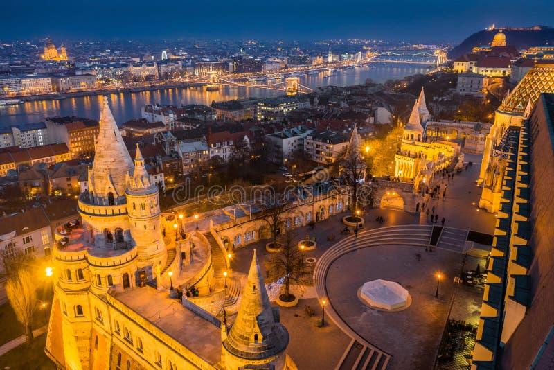 Budapest, Hungría - opinión aérea del horizonte de Budapest con el bastión del pescador iluminado, puente de cadena de Szeche imagen de archivo