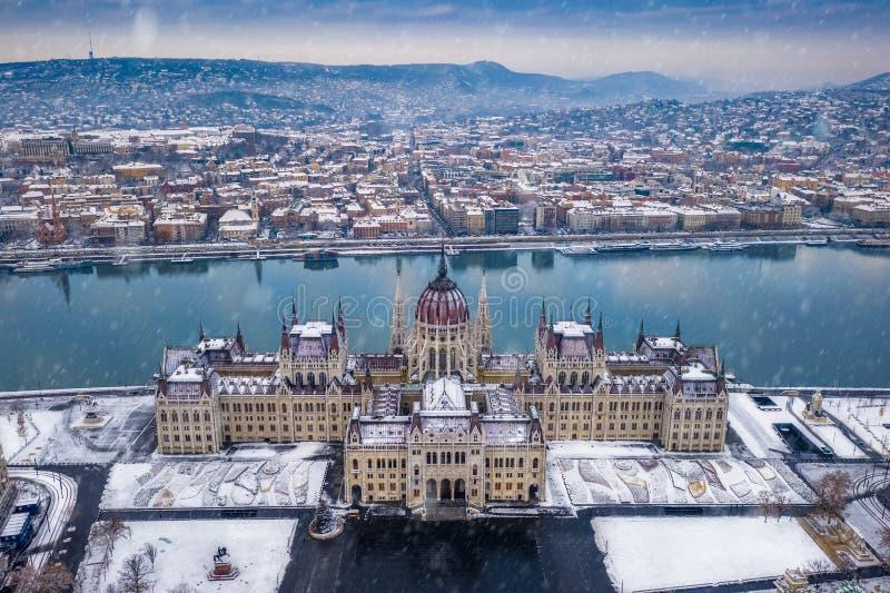 Budapest, Hungría - opinión aérea el parlamento de Hungría en invierno imágenes de archivo libres de regalías