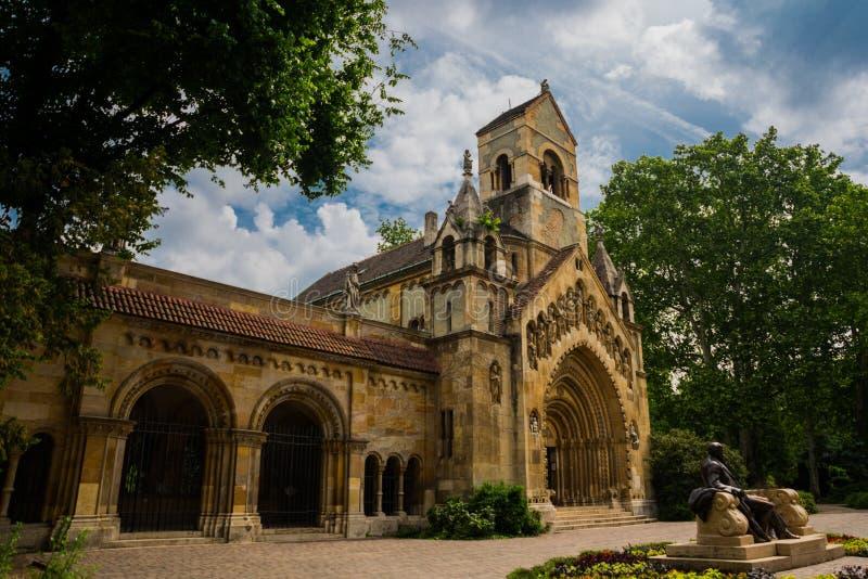 BUDAPEST, HUNGRÍA: Opinión exterior Jak Church dentro del castillo de Vajdahunyad en el área del parque de la ciudad foto de archivo libre de regalías