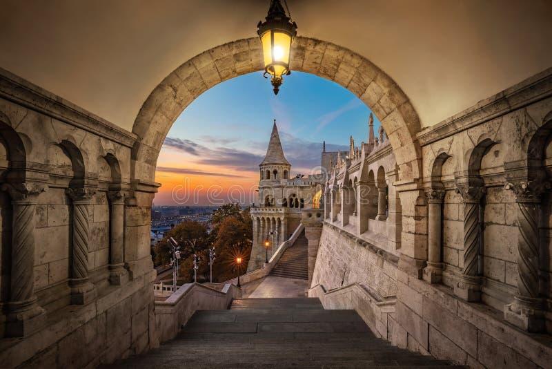 Budapest, Hungría - opinión sobre el bastión antiguo Halaszbastya del ` s del pescador en la salida del sol fotos de archivo libres de regalías