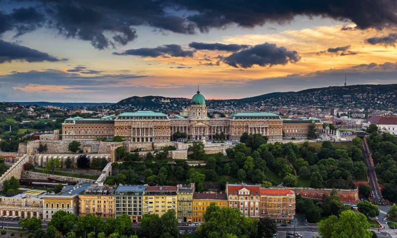 Budapest, Hungría - puesta del sol de oro dramática sobre Buda Castle Royal Palace en el tiempo de verano foto de archivo