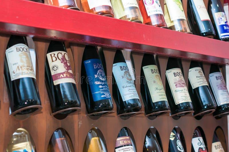 Budapest/Hungría - 01-21-2018: Vinos húngaros del BOCK del vino de Vineshop fotos de archivo