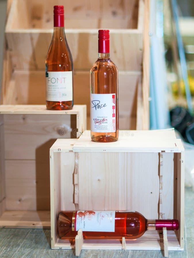 Budapest/Hungría - 01-21-2018: Vinos rosados húngaros del vino de Vineshop fotos de archivo