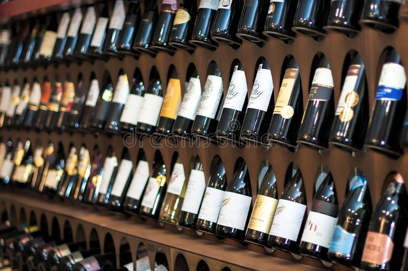 Budapest/Hungría - 01-21-2018: Vinos tintos húngaros del escaparate del vino de Wineshop fotografía de archivo