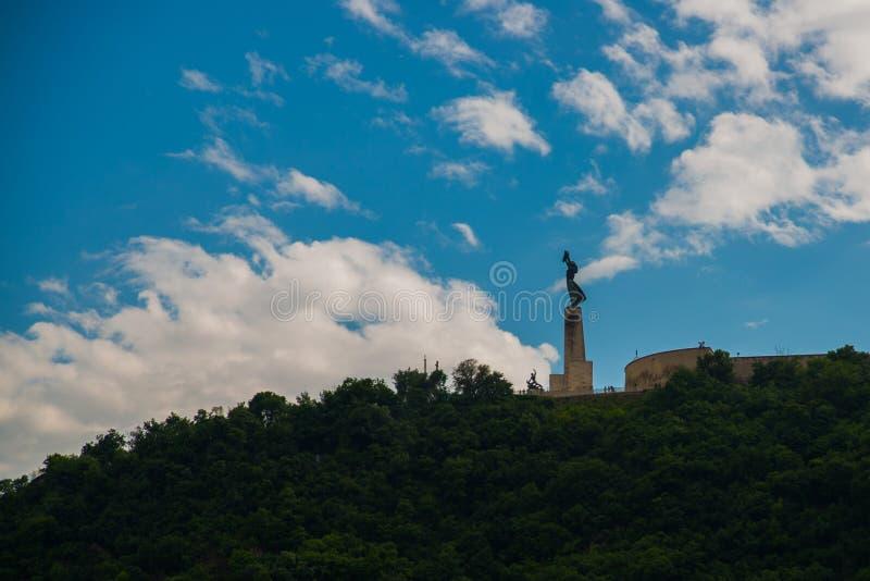 BUDAPEST, HUNGRÍA: Vista granangular de los soportes de Liberty Statue o de la estatua de la libertad en la colina de Gellert fotos de archivo