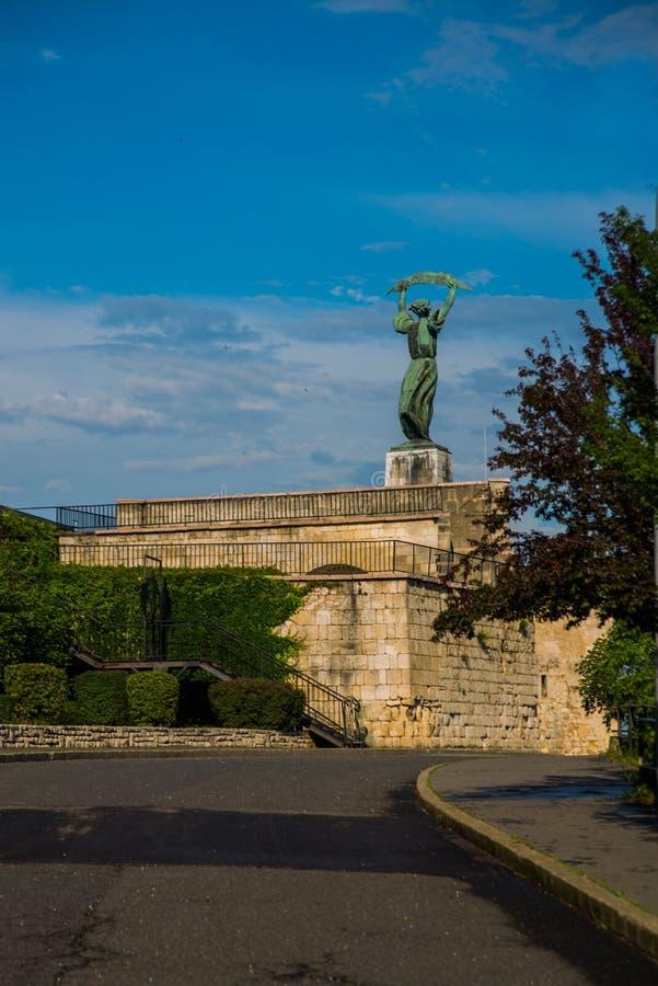 BUDAPEST, HUNGRÍA: Vista granangular de los soportes de Liberty Statue o de la estatua de la libertad en la colina de Gellert fotografía de archivo libre de regalías