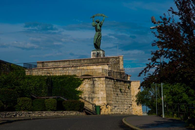 BUDAPEST, HUNGRÍA: Vista granangular de los soportes de Liberty Statue o de la estatua de la libertad en la colina de Gellert imagen de archivo libre de regalías