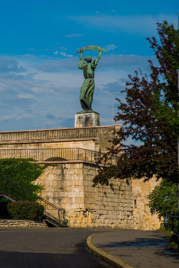 BUDAPEST, HUNGRÍA: Vista granangular de los soportes de Liberty Statue o de la estatua de la libertad en la colina de Gellert fotografía de archivo
