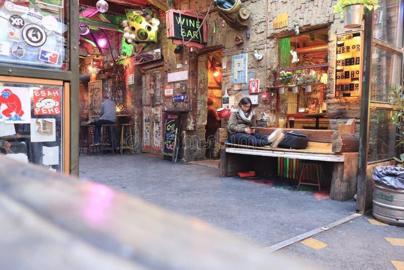 BUDAPEST, HUNGR?A - abril de 2019: Vista interior del pub famoso de la ruina del jard?n de Szimpla con la gente que disfruta de v fotos de archivo libres de regalías