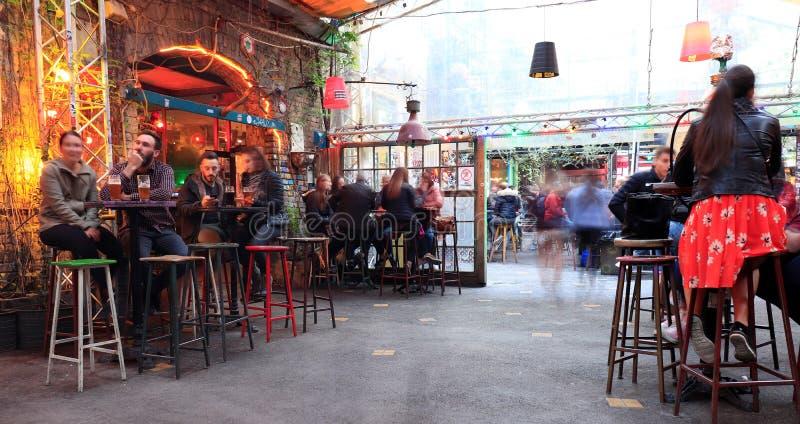 BUDAPEST, HUNGR?A - abril de 2019: Vista interior del pub famoso de la ruina del jard?n de Szimpla con la gente que disfruta de v foto de archivo libre de regalías