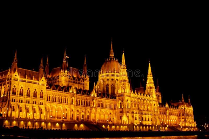 Budapest Hungr?a, 05 29 El parlamento h?ngaro 2019 que emplea los bancos del r?o Danubio Noche Budapest, brillando intensamente e imagen de archivo