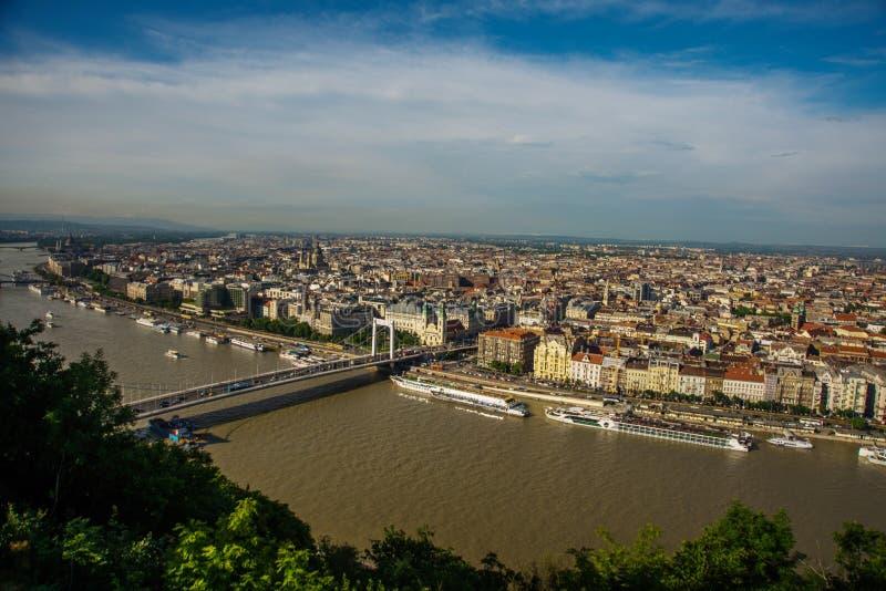 Budapest, Hungria: Buda e praga conectados por Erzsebet escondido ou por Elisabeth Bridge na noite Imagem editorial da opinião de foto de stock