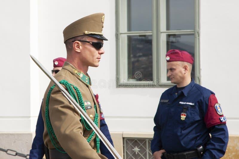 Budapest, Hungria - 5 de abril de 2018: Membros do protetor de honra húngaro foto de stock