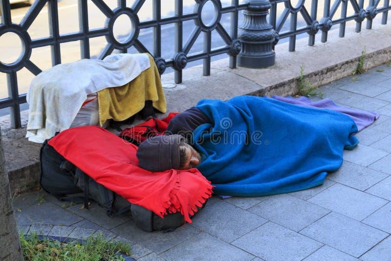 Budapest, Hungria - 18 de agosto de 2017 Desabrigado encontra-se na rua imagens de stock royalty free