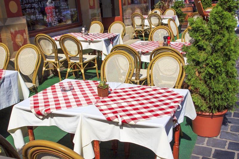Budapest Hungria 15 de agosto de 2017: Restaurante da rua na cidade velha imagens de stock royalty free