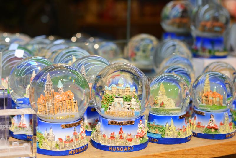 BUDAPEST, HUNGRIA - 21 DE DEZEMBRO DE 2017: Lembrança do globo da neve do Natal da bola transparente do Natal de Budapest com nev imagem de stock royalty free
