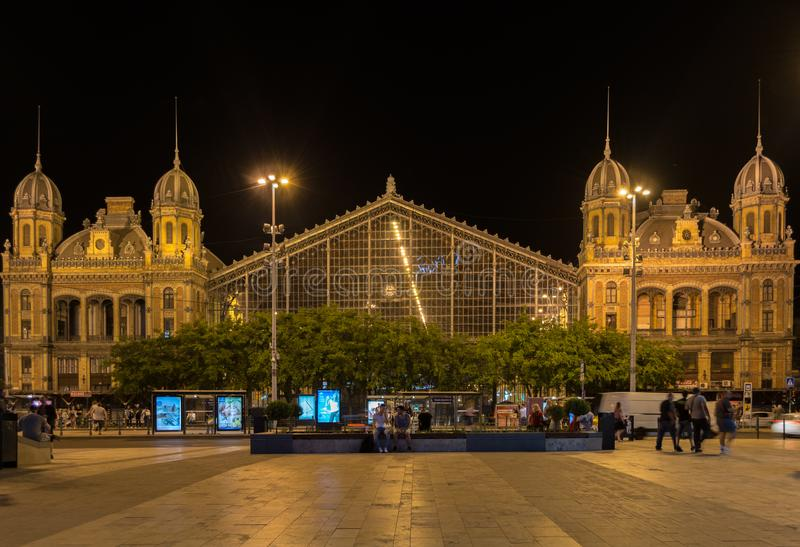BUDAPEST, HUNGRIA - 5 DE MAIO DE 2018: Estação de trem de Nyugati na noite em Budapest um da estrada de ferro a mais bonita e a m imagens de stock royalty free